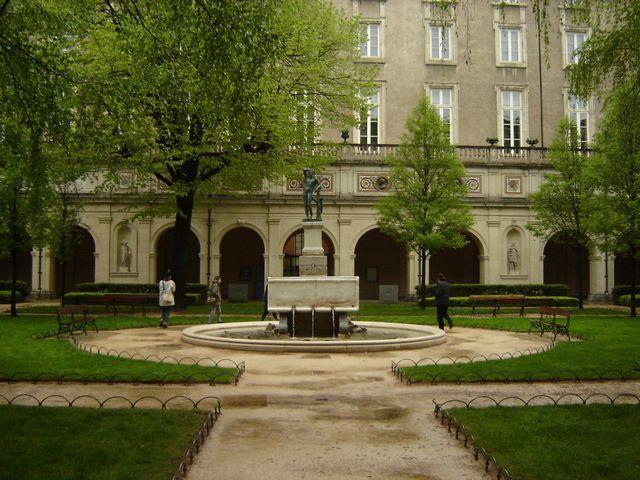 Musée des beaux arts Lyon France dans un ancien monastère du 18° siècle Le jardin s'inscrit dans un rectangle délimité par les arcades du cloître.De style régulier, il se compose de parterres de pelouses en demi-lune ou rectangulaire, ponctués d'arbres, de massifs fleuris et de sculptures de Rodin, Delorme, Bourdelle etc. Autour d'un bassin central.