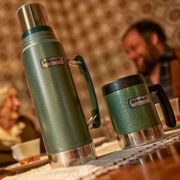 Die Stanley Isolierflasche wird mit den von Dir hinzugefügten Kratzern zum Erbstück. Die perfekte Thermoskanne für den Outdoor-Bereich!