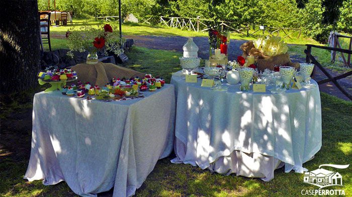 Allestimento confettata matrimonio sul prato con cupcakes e confetti gusti vari