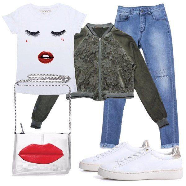 Bomber bimateriale, maglietta a maniche corte bianca con stampa e gliutter, jeans con strappi sulle ginocchia, sneakers bianche e pochette argentata con tracollina.