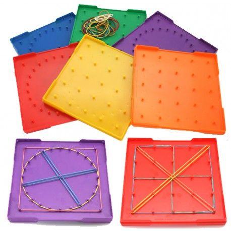 Plateau de géo-boards pour exercices mathématiques et motricitité fine. Reproduire ou créer des formes et dessins avec des élastiques sur une planche à clous.