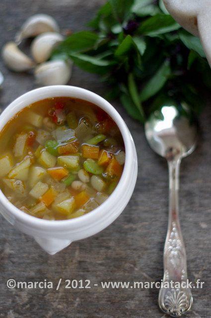 La recette familiale de la soupe de légumes d'été et de pâtes, que l'on sert avec le pistou Provençal : ail, basilic et huile d'olive passés au mortier