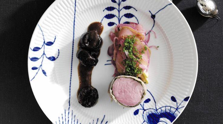 Pocheret svinemørbrad med æble-rødløgskompot og sveskesauce