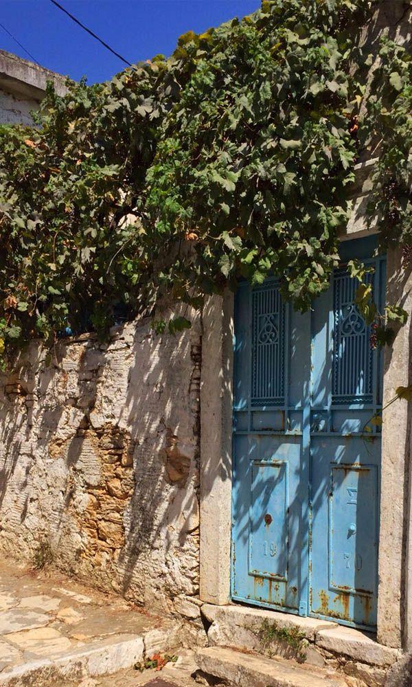 Grieken geloven dat de blauwe kleur beschermt tegen kwaad. https://www.zomerzin.nl/bestemmingen/griekenland-reizen/bouwstenen/cycladen-eilanden/bijna-niks-doen-op-naxos/. #vakantie #naxos #Griekenland #genieten #Greece