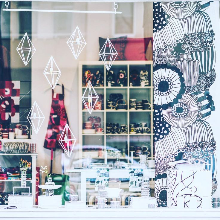 714 vind-ik-leuks, 16 reacties - decor8 HOLLY BECKER 📍Helsinki (@decor8) op Instagram: 'I know it's hard to see but this is one of the three windows I did for the shop in a totally black…'