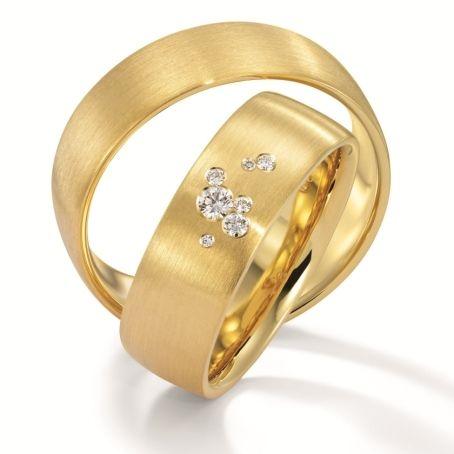 Cielo<br>Ein romantischer Sternenhimmel auf der Bühne des Traurings. Funkelde Diamanten berühren und verteilen sich auf edelstem Gold.