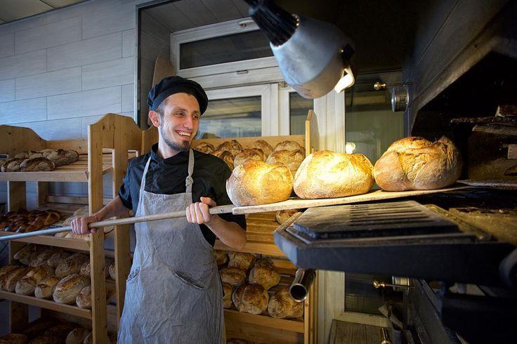 Дорогие друзья Мы рады сообщить что запускаем программу новых мастер-классов по хлебопечению в дровяной печи! Каждый месяц мы будем открывать вместе с вами новые рецепты и технологии приготовления хлеба учиться формовать тесто готовить закваску и конечно же превращать наши заготовки в ароматный и хрустящий хлеб в дровяной печи. Поможет в этом наш новый шеф-пекарь Забавников Иван @zabavnikov_ivan Апрельские мастер-классы мы посвятим выпеканию тонкой хрустящей фокаччи  традиционного…