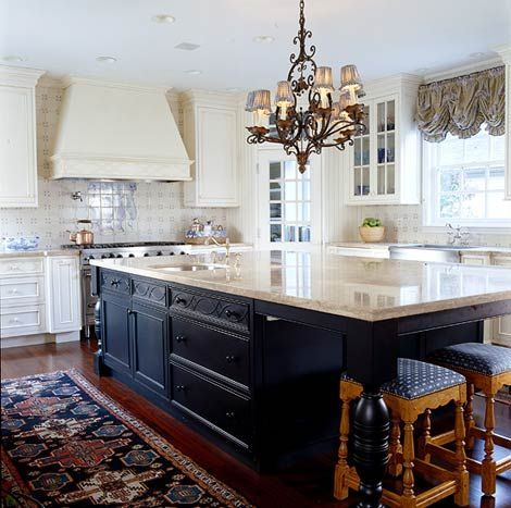 Navy blue and cream create a gorgeous contrast in this spacious kitchen