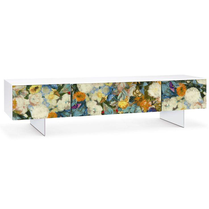 Flora de Oliver B. Original mueble auxiliar para tu tele que cuenta con 3 cajones y un colorido y primaveral estampado.