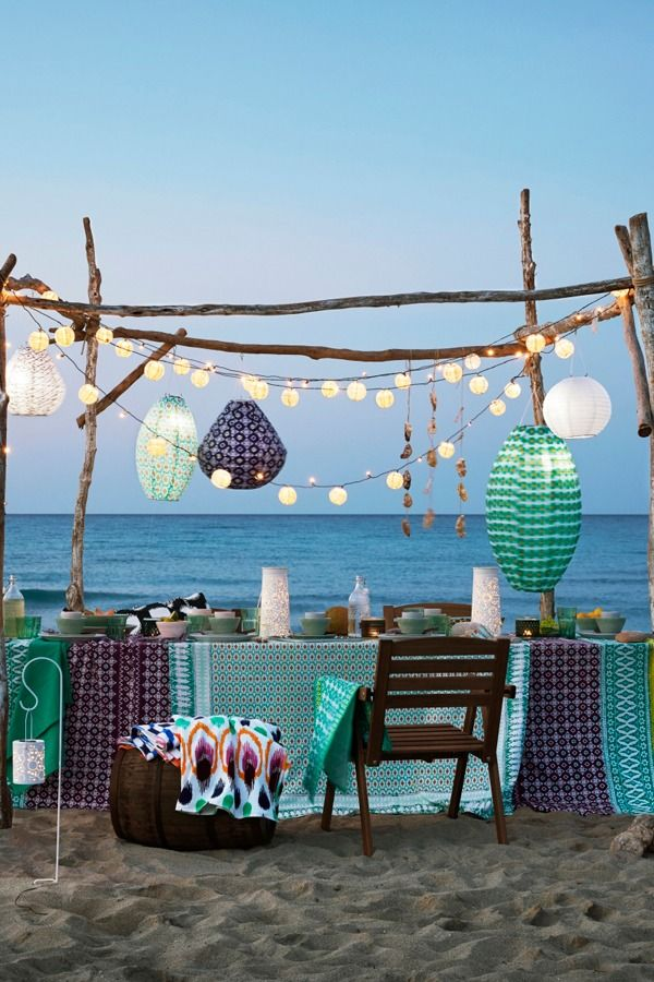 Create a pop-up dining room on the shore this summer! An IKEA folding FALHOLMEN table is easy to carry and set up. Lanterns, tablecloths and pretty summer ceramics from the SOMMAR 2017 collection add sparkle to your dinner under the stars.