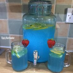 SUMMER BLUES PUNCH 3 1/2 oz. (105m) Vodka 3 1/2 oz. (105m) Triple Sec 2 oz. (60ml) Blue Curaçao Top with lemonade Strawberries Lemon Slices . . PONCHE DE VERANO AZUL 3 1/2 oz. (105m) Vodka 3 1/2 oz. (105m) Triple Sec 2 oz (60 ml) Curaçao Azúl Finaliza con limonada Fresas Rebanadas del Limón
