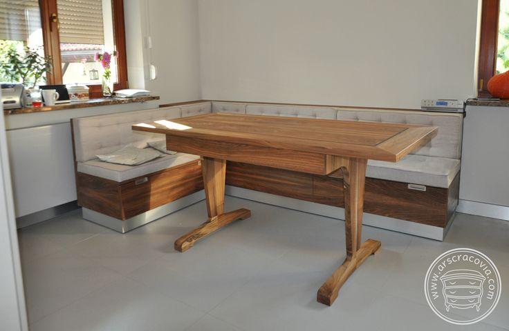 Narożnik tapicerowany do kuchni, stół z litego orzecha z szufladami.