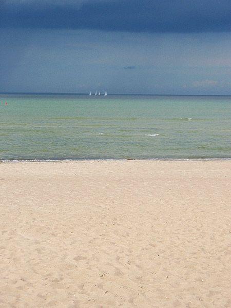 Piritan ranta on Tallinnan suosituin. Se sijaitsee noin 6 km keskustasta. Paikalle pääsee mm. bussilla sekä vaikkapa pyörällä. Tuolloin tulee koettua myös upea 2 km:n Piritan rantakatu. Ranta viehättää kauniina päivänä tuhansia, ja se on mieluisa myös esimerkiksi surffareille ja rantalentopallon pelaajille. Lapset on huomioitu mm. leikkikentillä ja alueella saa myös syödäkseen. Alueella voi vuokrata vesiurheiluvälineitä, ja ranta on valvottu. #eckeröline #pirita #tallinna