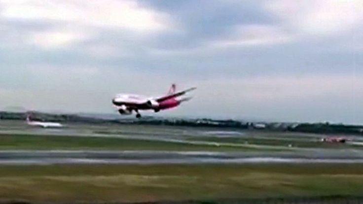 Kaum zu glauben, aber wahr: Hagelschaden zwingt Flugzeug zur Notlandung