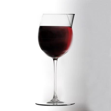 L'altruista è il calice dall'animo nobile. Grazie al bordo superiore trasformato in beccuccio, favorisce la condivisione del vino con chi ti siede vicino, senza macchiare la tovaglia. Calice in puro cristallo prodotto da Colle Vilca, da oggi è su http://lovli.it/index.php/l-altruista.html#