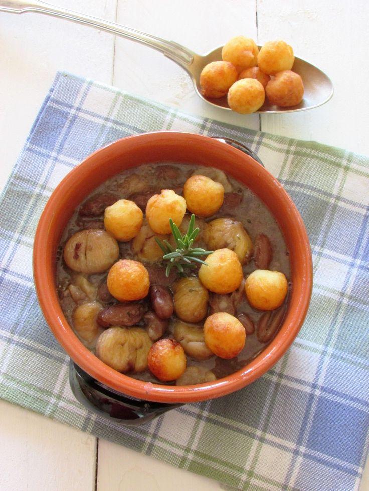 Zuppa delle mie colline con castagne, fagioli e gras pist accompagnata da gnocchetti di patate fritti  #mtchallenge #mtc53 #mtchallenge53 #zuppeeminestre