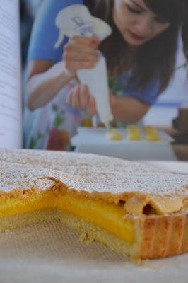 crostata con ripieno soffice di crema e savoiardo