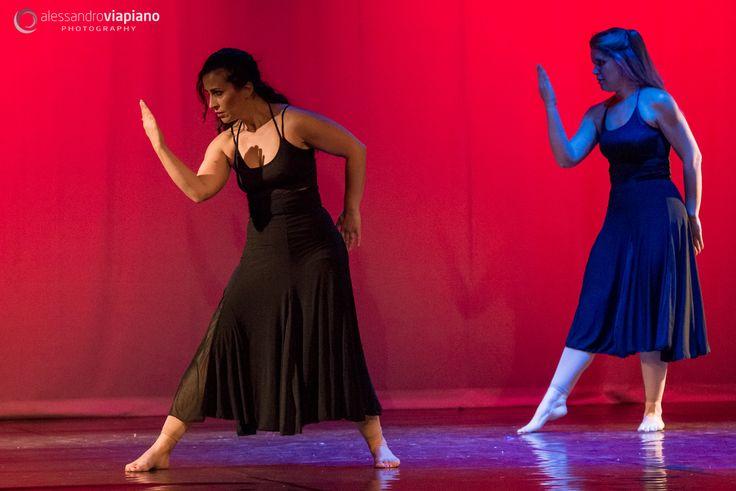I gesti e le espressioni conferiscono un grande potere espressivo alla danza. L'intenzione è chiara, potente, pregnante di significato. Si lavora, attraverso questa ricerca, lo stare in scena: la concentrazione e presenza, il modo di camminare e di occupare lo spazio, l'espansione del movimento nelle braccia con linee chiare e consapevoli, l'uso intenzionale dello sguardo. #serescalze #danzanuda