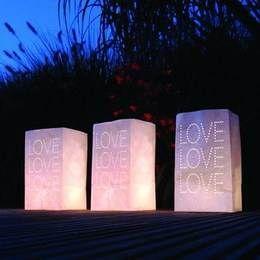 Lichtzakjes. Een pakje met 5 papieren zakken met gaatjes die de tekst LOVE vormen. Doe een <br>waxinelichtje in een zak, steek hem aan en een romantisch avondje kan niet meer stuk! Perfect voor in <br>de tuin, balkon, aan het strand of gewoon thuis!  huwelijk