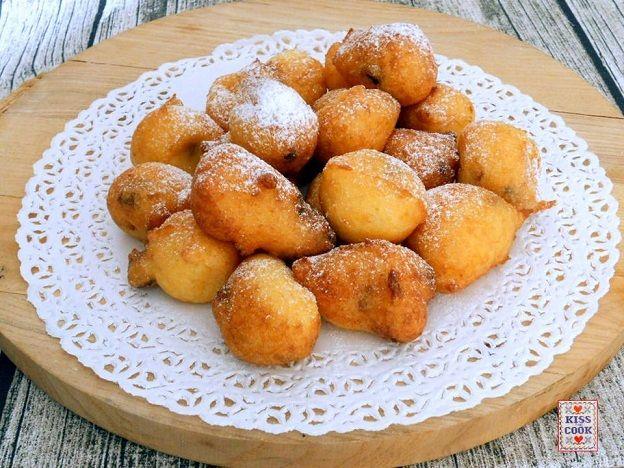 Frittelle dolci di polenta, buonissime e molto facili da preparare. Si può utilizzare della polenta avanzata alla quale si aggiungono uvette, uova e farina.