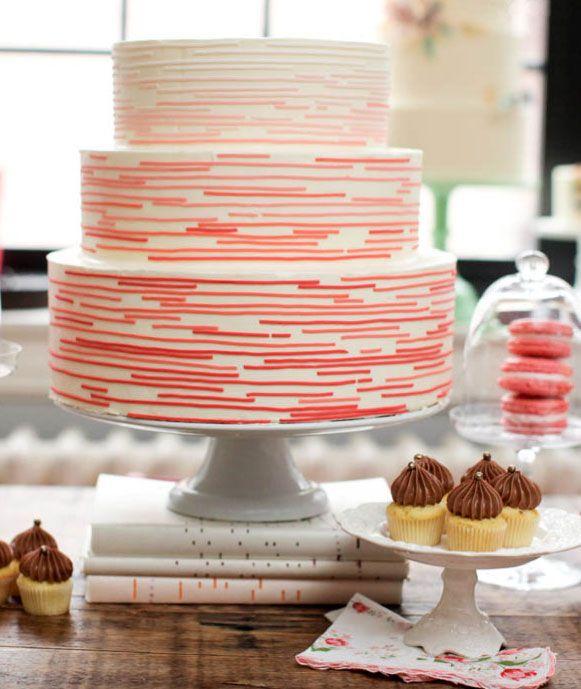 Divertida y tranquila esta torta puede ser parte de la mesa dulce de una boda o el cumpleaños de una chica romántica.