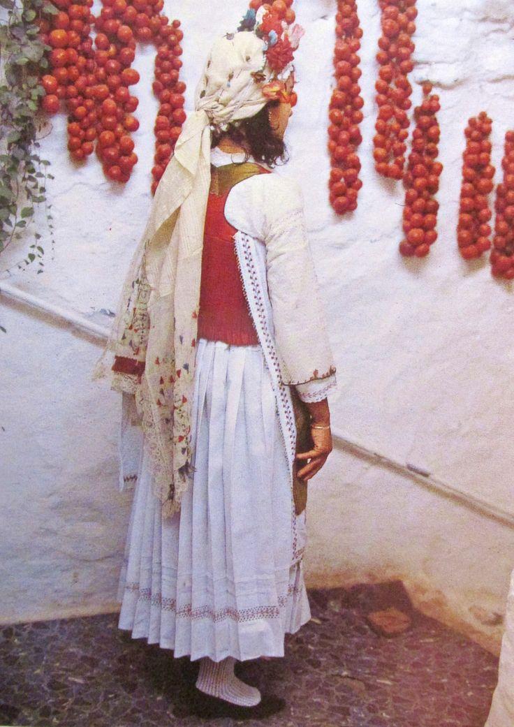 Κοπελα με παραδοσιακη φορεσια απο τα Μεστα της Χιου/Traditional dress from Mesta,Chios island , Greece