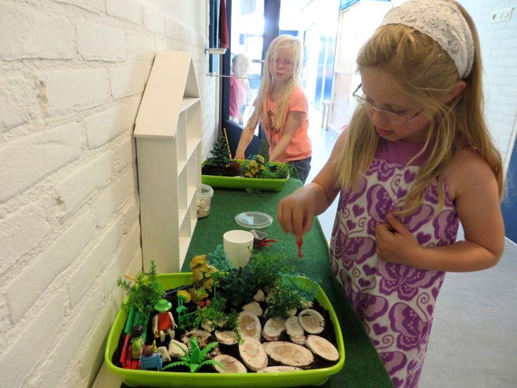 Themahoek bij thema tuincentrum, leg een tuin aan met potgrond, playmobiel en kunstplantjes, kleuteridee, juf Petra