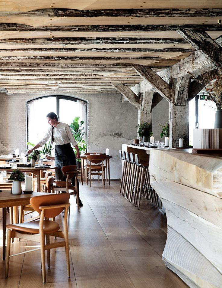 Le planchermoderne en chêne contraste avec les murs de pierre et les poutresapparentes. Le tout, saupoudré d'une note industrielle: chêne massif,matières claires et un comptoir sculpté dans du bois clair.