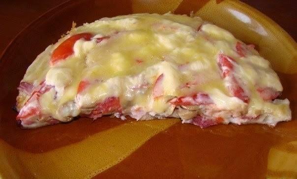 """Пицца """"Минутка""""  Ингредиенты: - 2 яйца - 4 столовые ложки майонеза - 4 столовые ложки сметаны - 9 столовых ложек муки (без горки) - сыр - колбаса - грибы (по желанию) - помидор  Смешать яйцо, муку, сметану, майонез. Тесто получается жидкое, как сметана.  Тесто вылить на сковороду и уже сверху положить любую начинку.  Сделать сеточку из майонеза и засыпать толстым слоем сыра. Ставим сковороду на плиту на 10 минут, огонь небольшой.  Сковороду сразу накрыть крышкой, как только сыр расплавился…"""