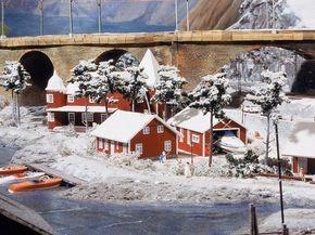 In Schweden sind viele Häuser in einem einheitlichen Rot gestrichen. Obwohl bereits Winter herrscht, liegen die Sportboote noch im Wasser.