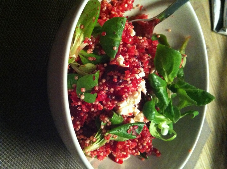 Quinoasalade met rammenas en rode biet warm of koud - Van Eliza vd L.    Voor 2 pers:  - 150 gram Quinoa  - 1 rammenas (zwarte winterradijs)  - 1 rode biet  - Half zakje veldsla  - Fetakaas    Rammenas schillen en raspen. Rode biet kort koken en raspen. Mengen door de Quinoa en naar smaak peper en zout toevoegen. Als laatst de veldsla er doorheen mengen en bestrooien met verkruimelde feta. Voor een koude salade 25 min in de koelkast!