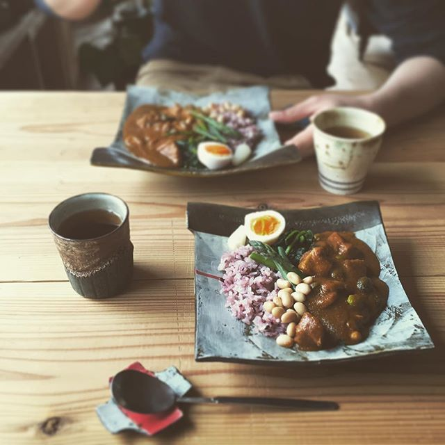 Instagram media by g.h111_ - 雨でテンション⤵︎ですがカレーを食べて元気に☺︎ 実家で自宅カフェを営んでいる母のカレー。 本日はチキンとビーンズ。 今日のお客様はラッキーです…うまい! * * * #おひるごはん#カフェごはん#カレー#チキン#ビーンズ#chickencurry#beanscurry#curry#カトラリー#ステンレス#カレースプーン#うつわ#器#陶器#杉尾信康#関田孝将#craftboroboro
