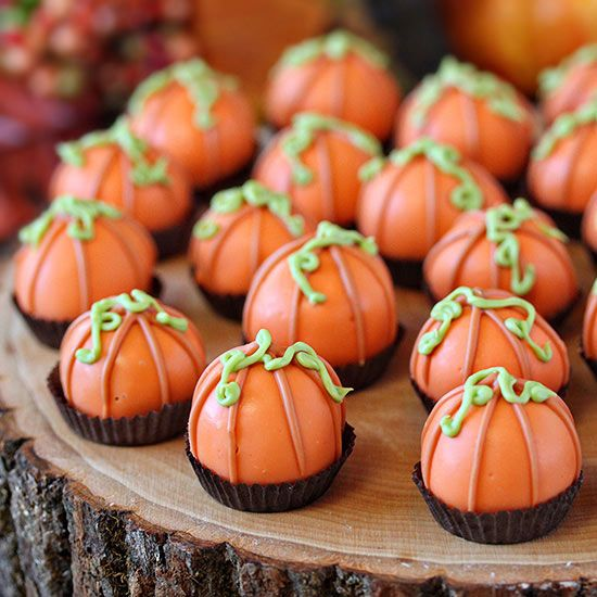 These delicious no-bake pumpkin truffles are the perfect dessert to have during the Halloween or Fall season. Crumble up your favorite loaf of pumpkin bread, mix with cream cheese, form into balls and dip into melted chocolate. Decorate these easy truffles to look like cute pumpkins!