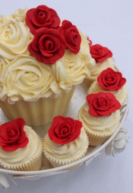 rose giant cupcake | Flickr - Photo Sharing! Totally love this idea for a wedding.