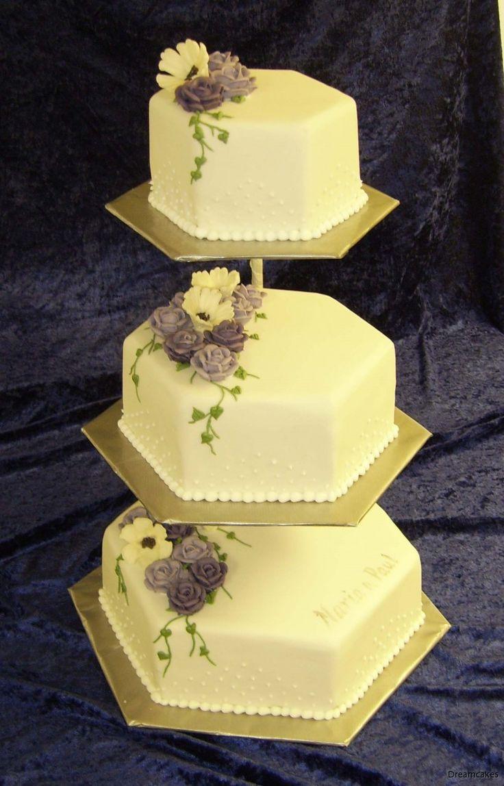 Handspritsade blommor dekorerar denna hexagonala tårta. #våningstårta #bröllopstårta #spritsa #spritsadeblommor #weddingcake