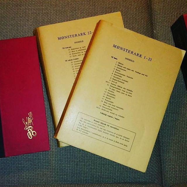 Professorinde Ella Lunds 'Den Store Sybog' fra 1961. I meget fin stand. Alle mønstreark er i mapperne og har aldrig været i brug. Papæsken til mønsterarkene er revnet. Kr. 475,- pp #detdumanglernu #ellalund #denstoresybog #symønstre #syprojekter #mønsterbog #professorindeellalund #knapper