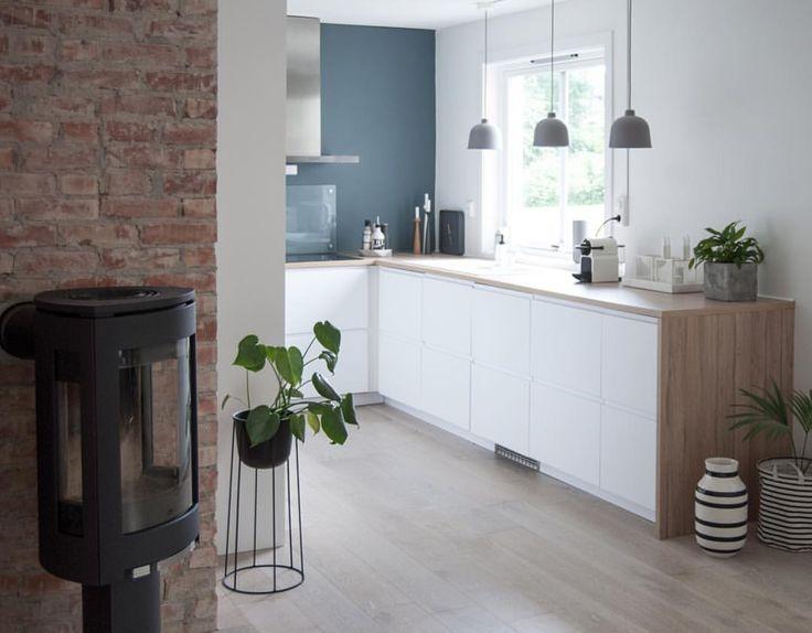 Kitchen! Vedovnen og teglstensveggen er jeg blitt så fornøyd med. Her stod det…