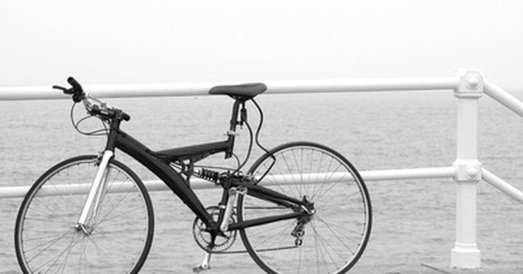 Cómo sacar la rueda delantera de una bicicleta. Cómo sacar la rueda delantera de una bicicleta. Las bicicletas son económicas, livianas y potencialmente rápidas; por estas razones son un gran modo de ejercitarse y un medio de transporte para las personas que viven en ciudades con mucho tráfico. Hay varias razones por las que tengas que cambiar la rueda delantera de tu bicicleta. Algunos ...