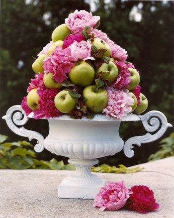 Fruit and flowers in an urn: Summer Centerpieces, Tables Sets, Flowers Centerpieces, Wedding Colors Schemes, Wedding Ideas, Green Apples, Flowers Arrangements, Dry Flowers, Peonies