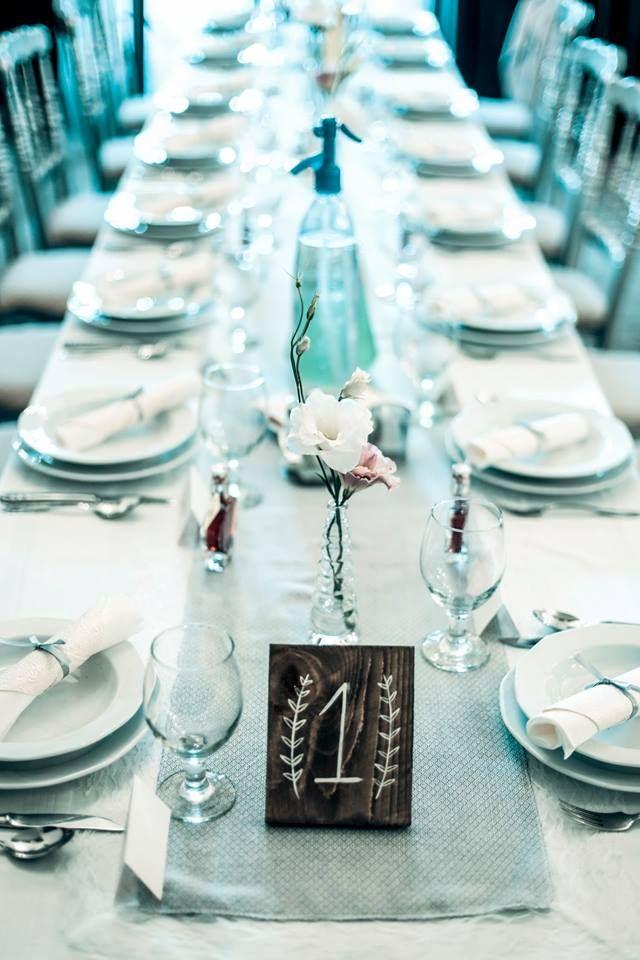 Vintage esküvői dekoráció fa asztalszámmal és burlap asztali futóval - Vintage wedding decoration with wood table number and burlap table runner