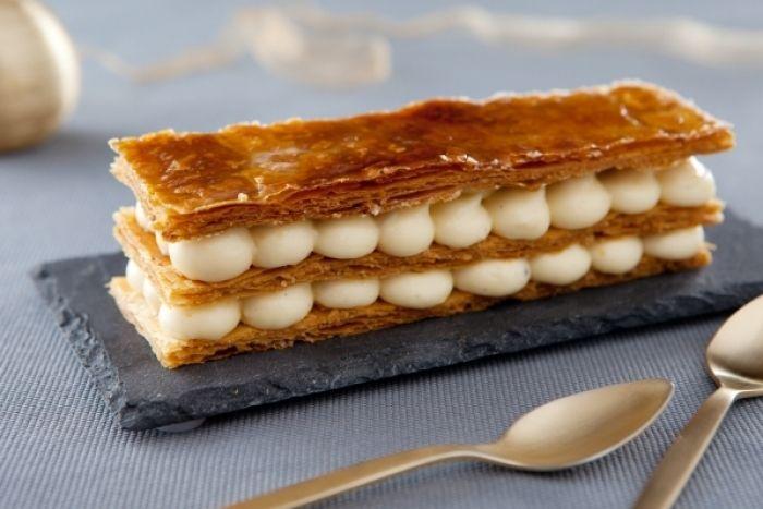 Recette de Le mille feuille vanille, Des couches de pâte feuilletée caramélisée au four et de crème pâtissière.