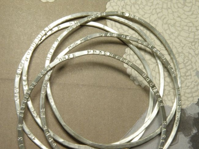 * push present | oogst-sieraden * Armbanden * Zilveren rinkelbanden met gestempelde tekst * Ter ere van geboorte van Marijn *