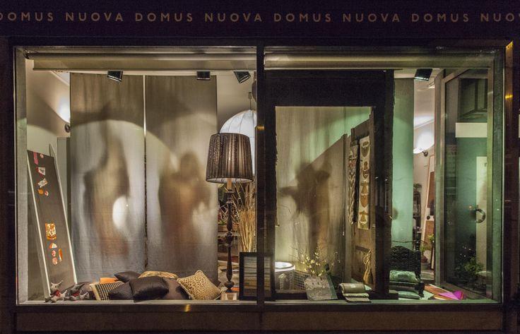 Vetrina Nuova Domus Udine Febbraio 2014  con portale Isola di Lamu.