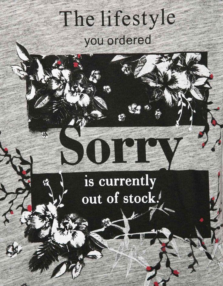 T-shirt Bershka estampado texto. Descubra esta e muitas outras roupas na Bershka com novos artigos cada semana