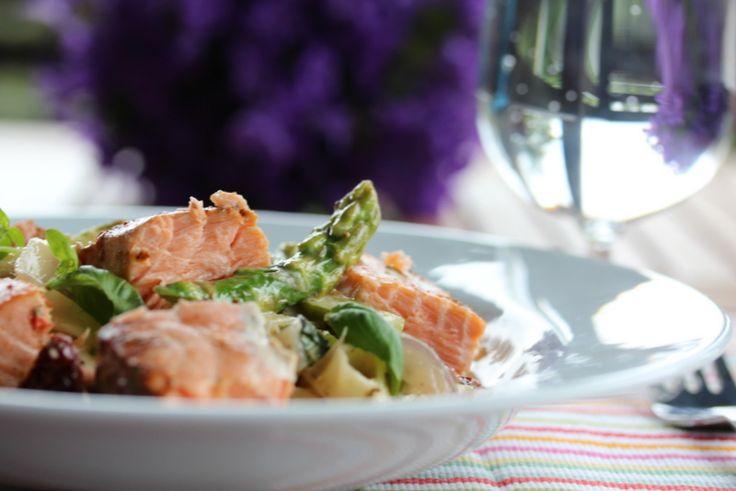 Kremet pasta med laks og asparges  http://trinesmatblogg.no/2012/08/06/kremet-pasta-med-laks-og-asparges-2/