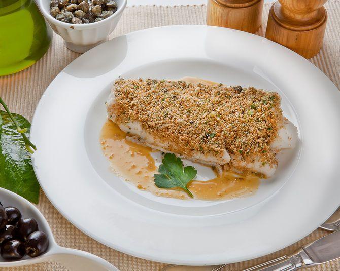 Filetto di branzino al forno con olive e capperi