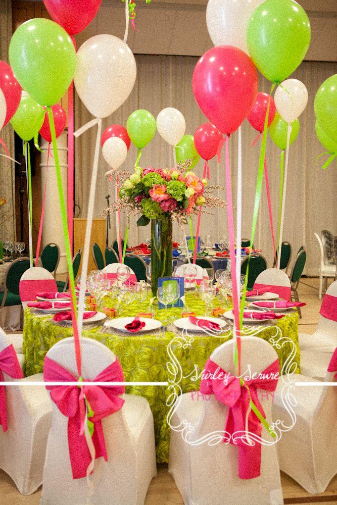 Espaldares de sillas decoradas con globos.