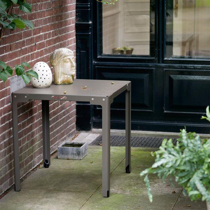 559 euro - De Functionals T-Table, met de T van tuintafel, van T-vormige poten, maar bovenal van topper! De tafel is ideaal voor een klein terras of balkon. De tafel heeft een flexibel ontwerp, zodat hij niet wiebelt, zelfs niet op ongelijke ondergronden!