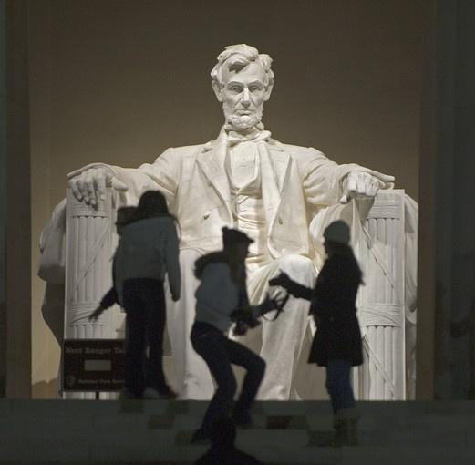 Si vas a #DC deberías visitar Lincoln Memorial. Solo 1 consejo: Se ve más cerca de lo que está. Si partes del obelisco son casi 3 km a pie.