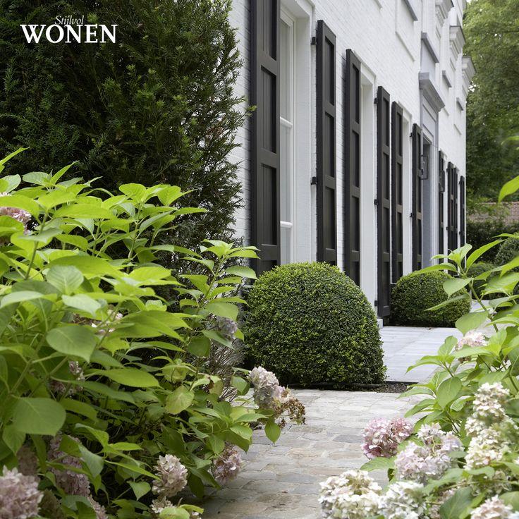 Stijlvol Wonen: het magazine voor warm-hedendaags wonen - ontwerp: Ludo Dierckx Tuindesign - fotografie: Sarah Van Hove, Dorien Ceulemans, Jonah Samyn #outdoor #terras #pad #bloem #buxus